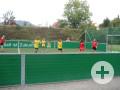 Kinder spielen Fußball auf dem DFB-Minispielfeld im Sportgelände Talwiesen.