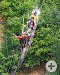 Lochmühle - Besucher beim Überqueren einer Hängebrücke. Quelle: Lochmühle