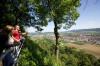 Wanderer genießen den Blick vom Aussichtspunkt Rosenegg in Rielasingen. Foto: Ulrike Klumpp Fotografie.