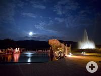 Bild der nächtlichen Illumination anlässlich der Einweihung des Naturbades Aachtal. Foto: Otto Kasper Studios.