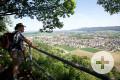 Ein Wanderer genießt das tolle Panorama vom Aussichtspunkt des Rosenegg. Foto: Ulrike Klumpp Fotografie.