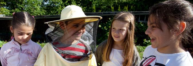 Kinder zu Besuch beim Imker.
