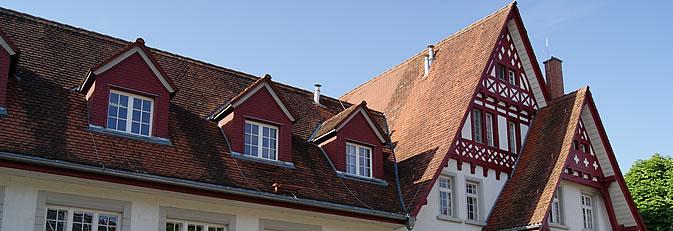 Blick auf die markante Dachkonstruktion des Kulturpunktes in Arlen.
