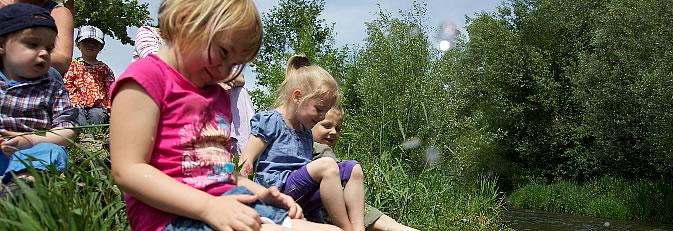 Spielende Kinder an der Aach.