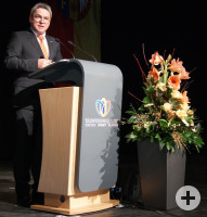 Bürgermeister Ralf Baumert am Rednerpult im Festsaal der Talwiesenhallen.