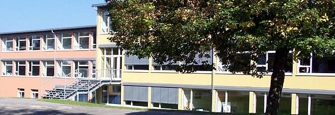 Ten-Brink-Schule Rielasingen vom Schulhof aus gesehen.