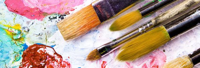 Verschiedene Pinsel auf einer Farbpalette.