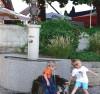 Am schön gestalteten Dorfplatz gibt es den Narrenbrunnen des Narrenvereines Katzdorf Arlen. Hansi (links) und Falko (rechts) spielen hier gerne. BILD: SANDRA BOSSENMAIER