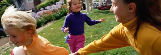 Banner Spielkiste - spielende Kinder im Garten