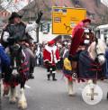 Hoch zu Ross reiten die Rielasinger Narrenfiguren durch die Rielasinger Hauptstraße.