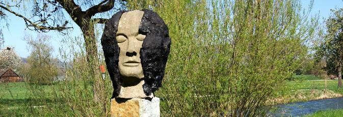 Banner Skulpturenweg - Die Skulptur Kopf von Siegfried Keller im Frühling.