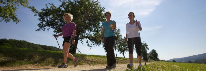 Drei Frauen beim Walken am Hardberg in Worblingen. Foto: Ulrike Klumpp Fotografie.