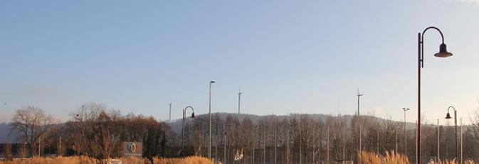 Blick von den Talwiesenhallen Rielasingen auf die geplanten Windräder am Schienerberg.