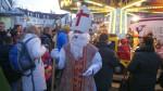 Der Nikolaus erfreute Kinder mit kleinen Geschenken.