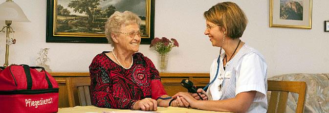 Eine Mitarbeitern vom Pflegedienst beim Blutdruck messen einer Seniorin. Bild: Pflegezentrum St. Verena
