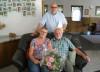 Der stellvertretende Bürgermeister Rudi Caserotto gratuliert Elisabeth und Hartmut Kühn zur goldenen Hochzeit