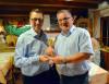 """Große Freude überden """"Prix Wartenfels 2018"""", der von Gemeindepräsident Thomas Müller(links) an Bürgermeister Ralf Baumert überreicht wurde."""