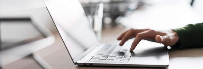 Banner Datenschutz, Hand tippt auf Notebooktastatur. Quelle: picjumbo.com