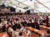 """Im Rahmen der """"Bloswisä"""" dirigierte Roland Matt einen Teil des Gesamtchors eindrucksvoll im Festzelt, der sich noch auf drei weitere Bühnen mit anderen musikalischen Themen vor dem Festzelt erstreckte. Ein Novum für ein Bezirksmusikfest. swb-Bild: of"""