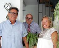 Der stellvertretende Bürgermeister Rudi Caserotto gratuliert Barbara und Karlheinz Kümmel zur goldenen Hochzeit
