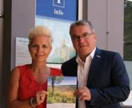 Präsentieren die neu aufgelegte Infobroschüre der Gemeinde vor dem Rathaus: Christine Neu, Fa. event house und Bürgermeister Ralf Baumert
