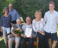 Karl Keller freut sich zusammen mit seiner Frau Emma Keller, seinen Töchter und Enkelkind über die Geburtstagswünsche von Bürgermeister-Stellvertreter Rudi Caserotto