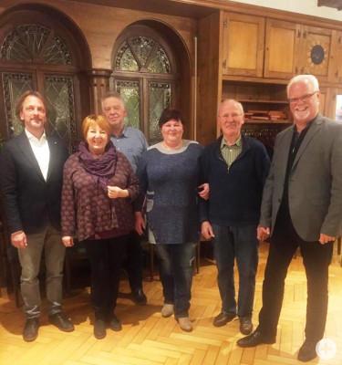 v.l.n.r. Chorleiter Eberhard Graf mit den Vorstandsmitgliedern Carmen Claas, Wolfgang Gürtler, Alice Prekadinaj und Wolfgang Wiesmann, sowie Gemeinderat Lothar Reckziegel