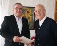 Herbert Schuhmacher freut sich über die Geburtstagswünsche des Bürgermeisters Ralf Baumert.