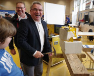 Bürgermeister Ralf Baumert zeigte sich beschränkt talentiert beim Nageltest des Bauunternehmens Müller.  swb-Bild: of