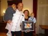 Freuen sich über die Glückwünsche zu 90jähriger Familientradition: Andreas Gnädinger mit Tochter Aurelia und Christina Gnädinger, die den kleinen Amadeon im Arm hält.