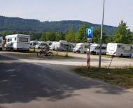 Der Parkplatz des Naturbad Aachtal ist derzeit mit vielen Wohnmobilen belegt. swb-Bild: Baumert