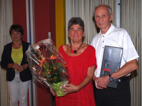 Klaus Fenten bei seiner Verabschiedung als Vorsitzender des Seniorenrats mit seiner Frau Gudrun im Kulturpunkt Arlen. Das Dankeschön-Geschenk gab es von Karin Gnädig (links im Hintergrund). swb-Bild: of