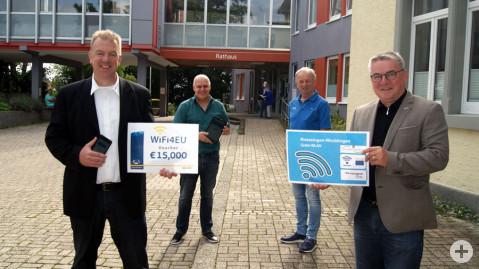 Gemeinsam wurde das Gratis-WLAN am Rathaus getestet (von links nach rechts): Peter Ehret, Thüga Energie, Joachim Nolden, IT-Administrator Gemeinde, Wolfgang Lipinski, beauftragter IT-Techniker aus Radolfzell-Güttingen und Bürgermeister Ralf Baumert.