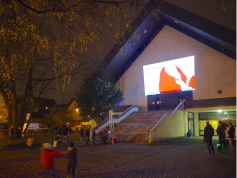 Viel Raum bot der Platz der Kirche St. Bartholomäus in Rielasingen für familiäre Martinitouren mit Illumination. swb-Bild: of
