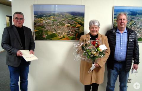 Bürgermeister Ralf Baumert verabschiedete Albert Winterhalder im Beisein von Ehefrau Birgitt mit dem nötigen Abstand in den wohlverdienten Ruhestand.