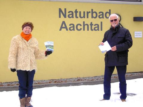 Schriftführerin Susanne Breyer und der erste Vorsitzende des Fördervereins Naturbad Aachtal, Lothar Reckziegel, werben im neu erschienenen Flyer um neue Mitglieder. swb-bild:pr
