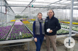 Johanna und Axel Mauch in einem ihrer neuen Gewächshäuser: Normalerweise freut man sich wenn's blüht, hier wird der Zeitdruck spürbar, unter dem die Gartenbetriebe stehen. swb-Bild: of