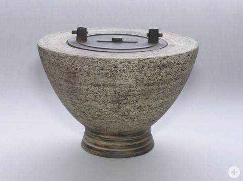 Keramik Dose von Christa Schwarz-Mayer.