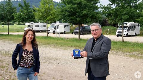 Jessica Trombetta vom Kulturamt und Bürgermeister Ralf Baumert am Wohnmobilstellplatz Naturbad Aachtal.