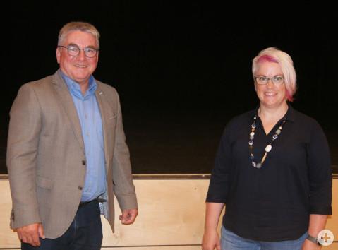 Bürgermeister Ralf Baumert begrüßt Nadja Hennes als neues Mitglied im Gemeinderat.