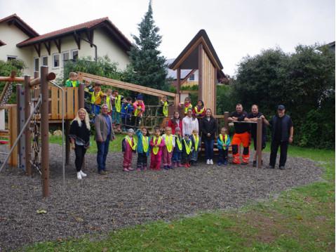 Sogar eine Gruppe der KiTa St. Raphael war zur symbolischen Einweihung zum reaktivierten Spielplatz gekommen. swb-Bild: of