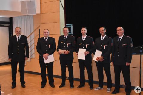 Phillip Fröhlich, Simon Graf, Florian Hartmann und Aaron Richmond für wurden für 15 Jahre Feuerwehrdienst durch den Kreisbrandmeister, Andreas Egger geehrt.