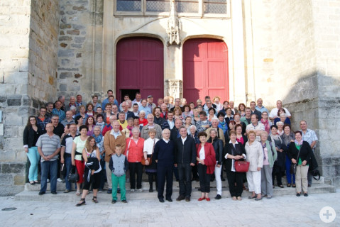 Gruppenbild vor der Kathedrale in Nogent-sur-Seine.