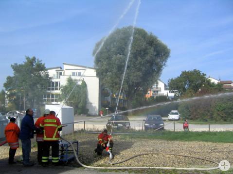 Das Siegerbild der Feuerwehr. Mit Feuerwehrschläuchen entstand eine Vier aus Wasser am Himmel.
