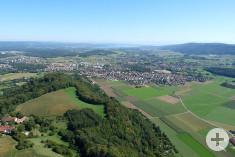 Lufbild, im Vordergrund das Rosenegg, in der Mitte Rielasingen-Worblingen und im Hintergrund der Bodensee.