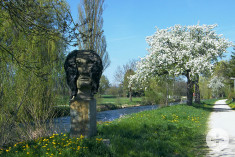 Eine Skulptur am Skulpturenweg entlang der Aach.