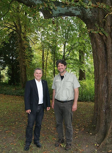 Bürgermeister Ralf Baumert und Revierförster Andreas Ehrminger.