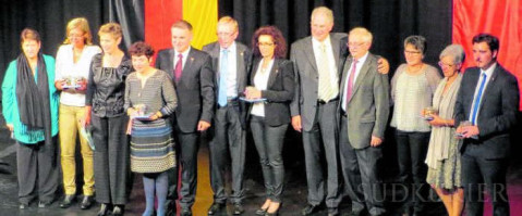 Bürgermeister Ralf Baumert (fünfter von links) mit den Delegierten aus Frankreich und Deutschland nach der Geschenkübergabe.