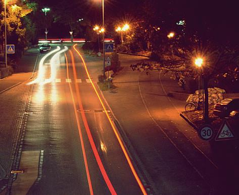 Albert-ten-Brink-Straße nachts. Foto von Ute Idbelkhir