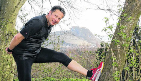 Eine herrliche Aussicht auf die Hegaulandschaft ist beim Joggen inbegriffen: Langläufer Daniel Hirt mit dem Hohentwiel im Hintergrund auf dem Berggasthof Burg Rosenegg in Rielasingen. Bild: Christel Rossner